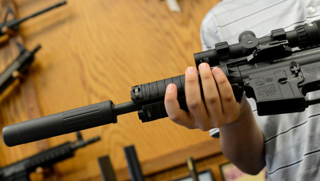 В американски магазин за бижута раздават безплатно оръжие