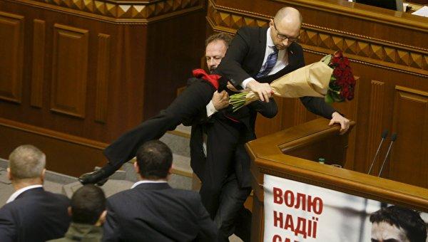 Захарова осмя снимката, на която свалят Яценюк от трибуната на украинския парламент