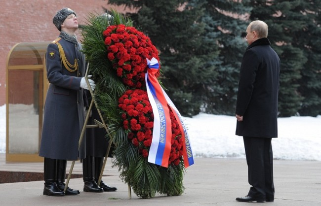 Путин поднесе венец на Гроба на Незнайния воин