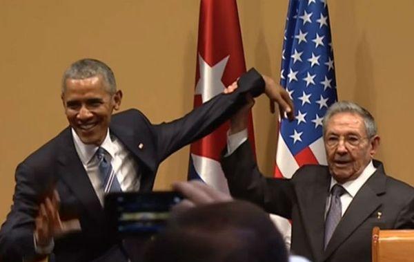 Раул Кастро не позволи на Обама да го потупа по гърба (видео)