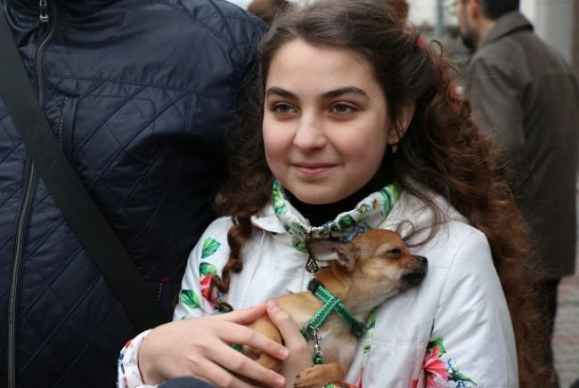 Путин подари кученце на бежанка от Украйна