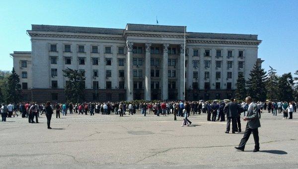 Украински радикали палят Георгиевски ленти пред Дома на профсъюзите в Одеса
