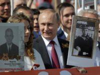 """Путин се включи в шествието """"Безсмъртния полк"""" в Москва"""