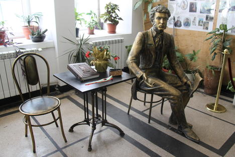 На седянка с Пушкин: нова скулптура на поета вече краси столичното 133 СОУ