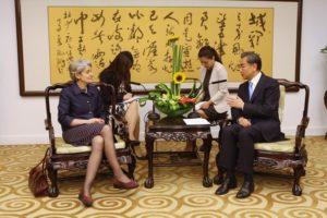 Ирина Бокова с министъра на външните работи на Китай Ван Ли.