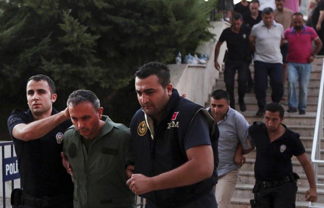 Над 100 генерали и адмирали са задържани в Турция след опита за преврат