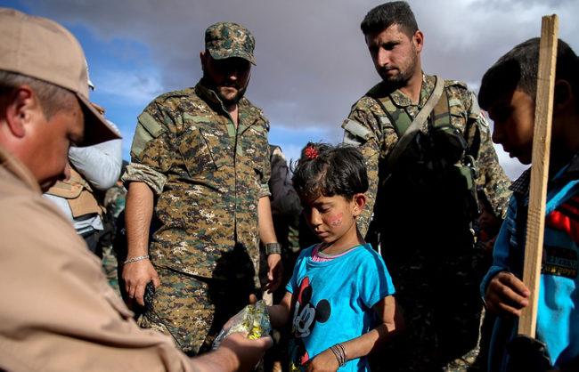 Руски военни доставиха 2 тона хуманитарна помощ в центъра за прием на бежанци в сирийския град Хама
