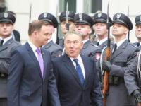 Полският президент Анджей Дуда (отляво) и президентът на Казахстан Нурсултан Назарбаев в Президентския дворец във Варшава. Снимка: AP