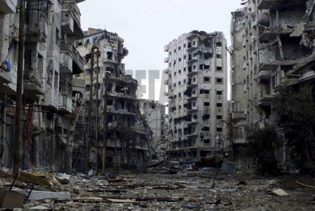 """Деир ез Зор е призрачен град. Той е под контрола на сирийската армия, която държи и близкото летище, но провинцията наоколо се владее от бойци на """"Ислямска държава"""". Пробивът на техния обръч би позволил на правителствената армия да настъпи към """"столицата"""" на ислямистите град Рака в Източна Сирия."""