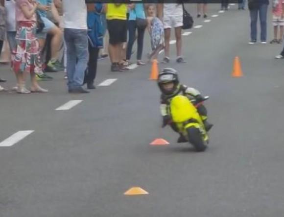 3-годишно русначе показа невероятни умения с мотор (ВИДЕО)