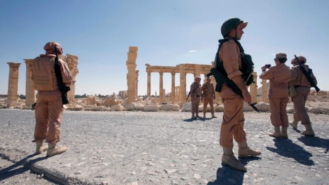Руски бойци патрулират край руините на древния гр. Палмира. / БГНЕС