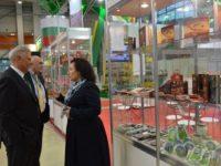 Министър Танева пред българския щанд. [Министерство на земеделието и храните]