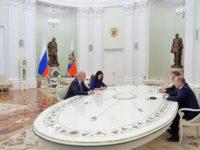 Новият шеф на ФИФА се среща в Путин в Кремъл