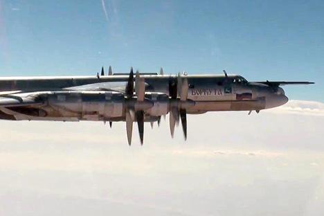 """Стратегически бомбардировач """"Туполев"""" Ту-95МС на руските Въздушно-космически сили (ВКС) на мисия по нанасяне на въздушни удари срещу цели на """"Ислямска държава"""" и """"Джебхат ан-Нусра"""" (терористични организации, забранени в Русия) в Сирия./ ТАСС"""
