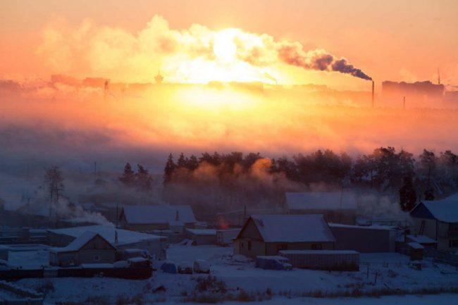 Залезът през мразовитата мъгла изглежда екзотична и изпълва пейзажа с измамна топлина.