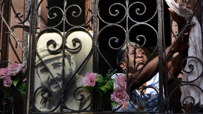 Автограф на покойния Фидел Кастро също се продава на търга