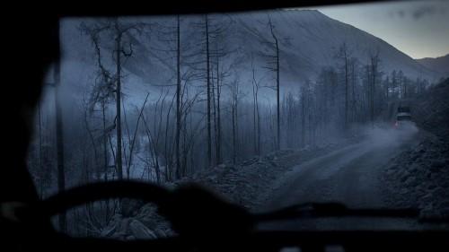 """Федерален автомобилен път """"Колима"""" - единственият път от и към Якутск, известен като Пътя на костите. Построен е по времето на Сталин от каторжниците от ГУЛАГ (политически затворници, експлоатирани жестоко от съветския диктатор)."""