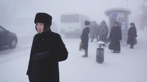 Въпреки че повечето местни жители са коренни якути, в ерата на СССР много етнически руснаци и украинци се преместват тук, привлечени от по-високото трудово заплащане поради тежките климатични условия.