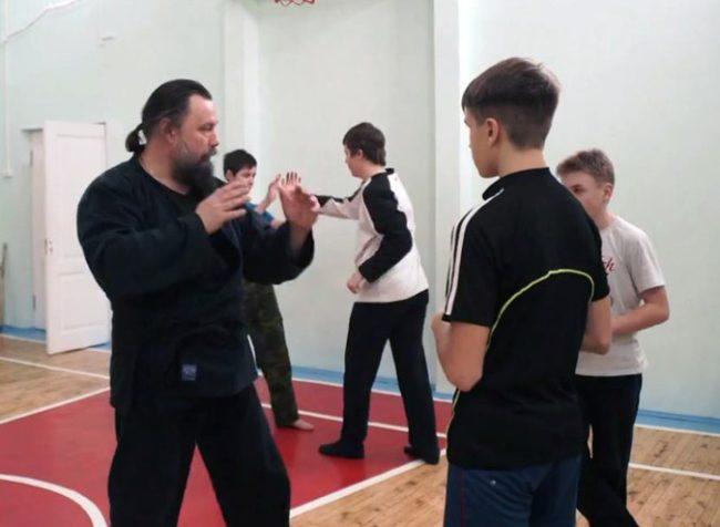 Руски свещеник демонстрира уменията си по айкидо /ВИДЕО/