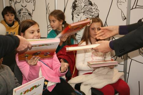 """Десетки деца получиха безплатно екземпляр от """"Български и руски приказки"""" на български и руски език. Снимка: Цветина Борисова"""