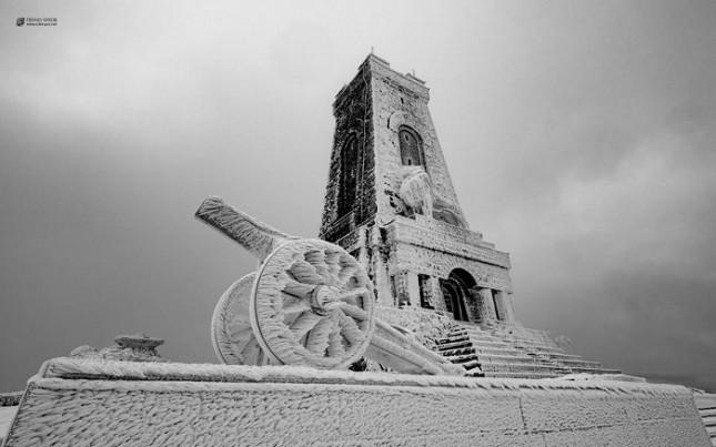 """""""Шипка е един от ония острови, на които стъпваме, когато като българи търсим своето място в историята на тоя свят"""", казва дряновецът Пенчо Чуков, изкачил върха в края на 2016-а."""