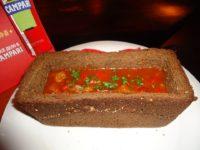 След като водката в чашите намалее, се пристъпва към основното изтрезвително – горещия борш в издълбан черен бородински хляб