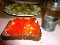 Без червен хайвер и кисели краставички консумацията на еликсира е немислима