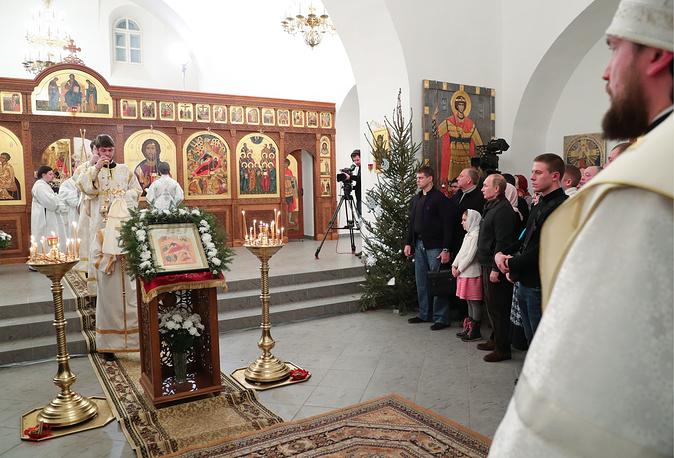 VELIKY NOVGOROD, RUSSIA - JANUARY 7, 2017: Russia's President Vladimir Putin (2nd R background) during a Christmas liturgy at St George Monastery. The Russian Orthodox Church celebrates Christmas according to the Julian calendar. Mikhail Klimentyev/Russian Presidential Press and Information Office/TASS Ðîññèÿ. Âåëèêèé Íîâãîðîä. 7 ÿíâàðÿ 2016. Ïðåçèäåíò Ðîññèè Âëàäèìèð Ïóòèí (âòîðîé ñïðàâà íà âòîðîì ïëàíå) âî âðåìÿ Ðîæäåñòâåíñêîãî áîãîñëóæåíèÿ â Ñïàññêîì ñîáîðå Ñâÿòî-Þðüåâà ìîíàñòûðÿ. Ìèõàèë Êëèìåíòüåâ/ïðåññ-ñëóæáà ïðåçèäåíòà ÐÔ/ÒÀÑÑ