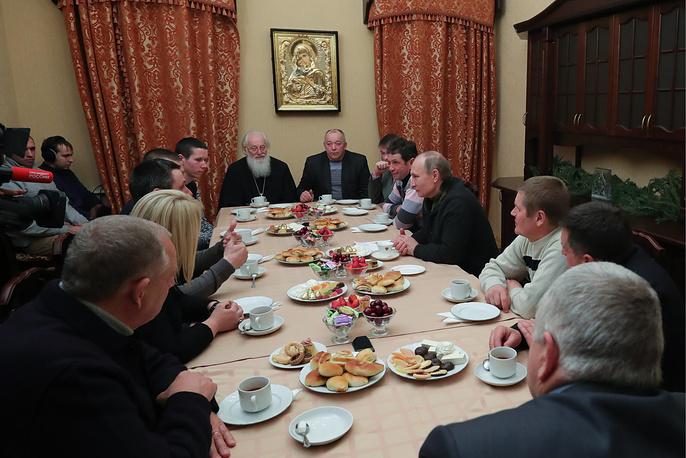 VELIKY NOVGOROD, RUSSIA - JANUARY 7, 2017: Russia's President Vladimir Putin (R in the middle) talks to fishermen after a Christmas liturgy at St George Monastery. The Russian Orthodox Church celebrates Christmas according to the Julian calendar. Mikhail Klimentyev/Russian Presidential Press and Information Office/TASS Ðîññèÿ. Âåëèêèé Íîâãîðîä. 7 ÿíâàðÿ 2016. Ïðåçèäåíò Ðîññèè Âëàäèìèð Ïóòèí (ñïðàâà â öåíòðå) âî âðåìÿ âñòðå÷è ñ ðûáàêàìè ïîñëå Ðîæäåñòâåíñêîãî áîãîñëóæåíèÿ â Ñâÿòî-Þðüåâîì ìîíàñòûðå. Ìèõàèë Êëèìåíòüåâ/ïðåññ-ñëóæáà ïðåçèäåíòà ÐÔ/ÒÀÑÑ