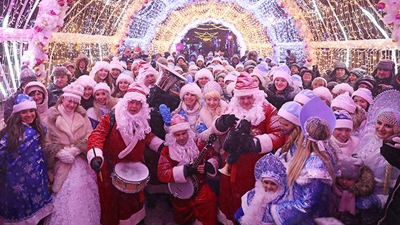 В центъра на Москва дефилира парадът на Снежанките