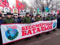 """Повече от 5000 души участваха с портрети на загиналите си другари в """"Безсмъртния батальон"""" на Поклонная гора в Москва."""