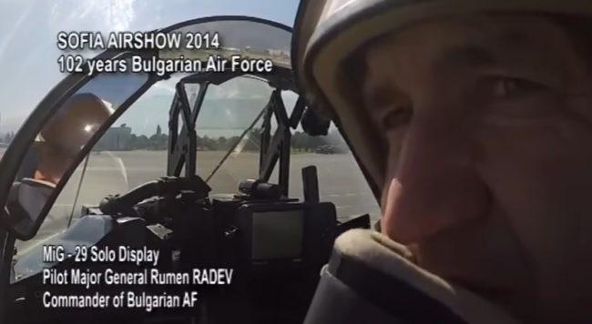 """Въпреки предупрежденията на руснаците: Радев направил """"кобрата на Пугачов"""" с МиГ-29 (ВИДЕО)"""
