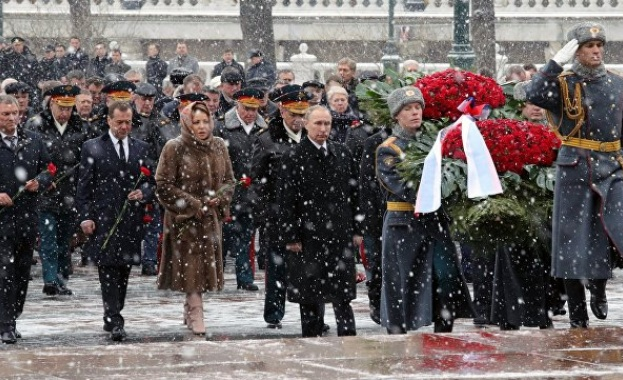 Владимир Путин поднесе венец на паметника на Незнайния воин в Москва