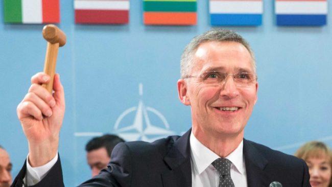 С удар на дървения чук Йенс Столтенберг откри днешното заседание на срещата на военните министри на НАТО в Брюксел. / БГНЕС
