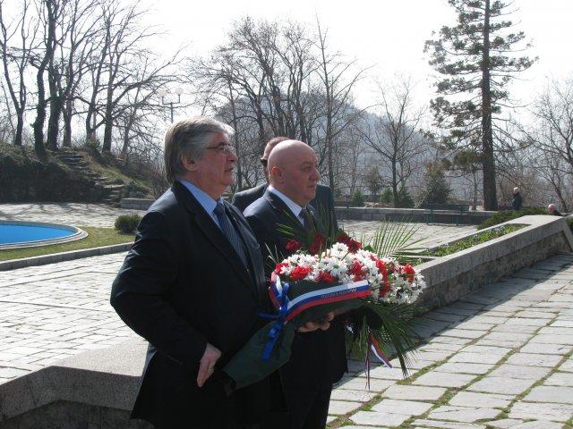 Посланик Макаров с цветя под Альоша и Александър II