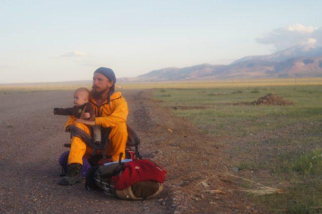 Руско семейство пътува към Батак на автостоп