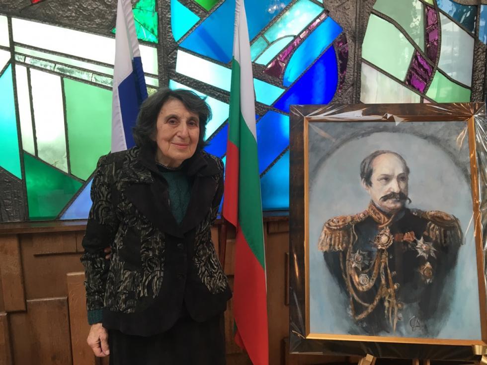 Калина Канева пред портрета на граф Игнатиев в Посолството на РФ в България. Снимка: Десислава Бонева