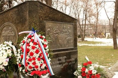 Признателни българи и руснаци поднесоха венци и цветя пред паметника на граф Игнатиев в София. Снимка: Цветина Борисова