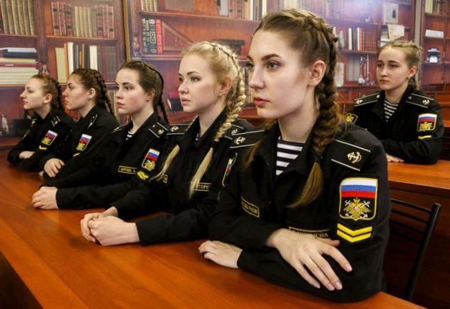 Защо все повече момичета в Русия се записват във военни училища?