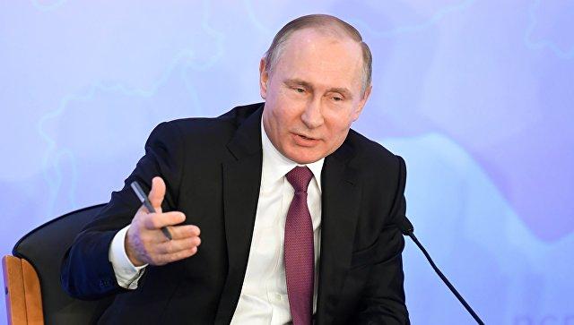 Путин се пошегува с небрежния си почерк по време на пленарна сесия на конгреса на Руския съюз