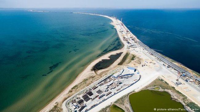 DW: Дъжд от руски пари за Крим