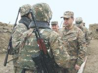 Министър на отбраната на Армения  Виген Саркисян (вдясно). Снимка от официалния сайт на Министерството на отбраната на Армения
