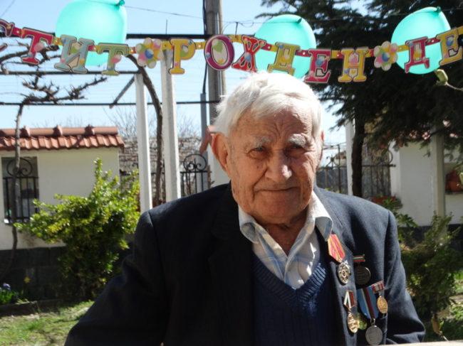 Дядо Георги Георгиев отпразнувал своя 104-и рожден ден на 27 март с торта и заобиколен от своите роднини