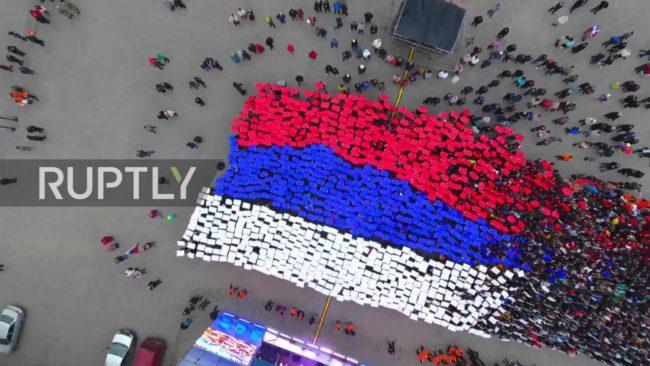 """Стотици образуваха """"жив флаг"""" в Русия"""