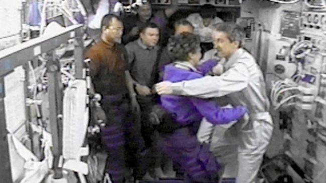 Сергей Крикальов (първият вдясно) се прегръща с американската астронавтка Ейлин Колинс по време на гостуване международен екипаж на МКС  / БГНЕС