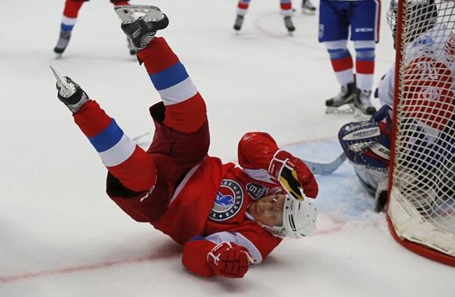 По време на играта Путин падна пред една от вратите