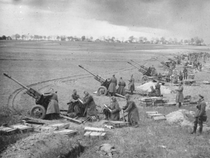 """Битката за височините Сийлол край Берлин от 1945 за най-големия артилерийски обстрел в историята на човечеството. Обстрелът започва на 16 април и за 30 минути са изстреляни 500 000 снаряда и ракети """"Катюша"""""""