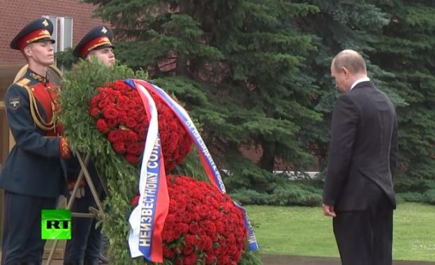 Путин отказа чадър по време на церемония (видео)