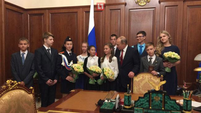Путин проведе екскурзия из Кремъл за няколко деца