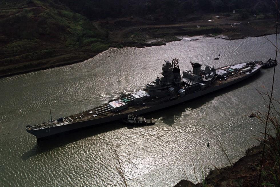 """Корабът """"Айова"""" пресича Панамския канал близо до Панама Сити, 2001 г. Снимка: АР"""